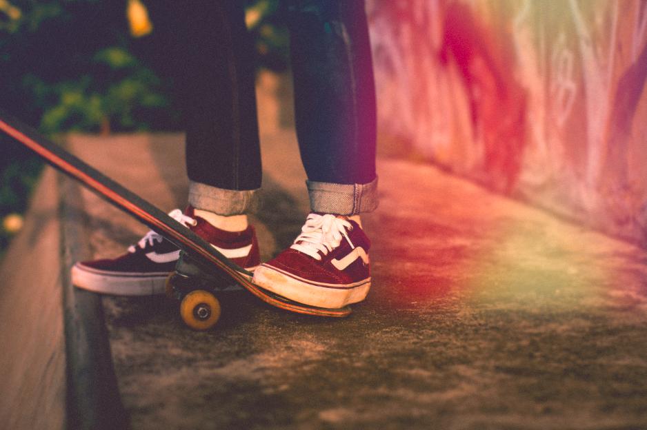 Pieds de skateur sur planche